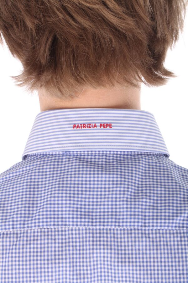 Shirt met twee knoopjes aan het boord